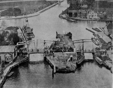 Foto van Gouwsluis met twee bruggen omstreeks 1938.